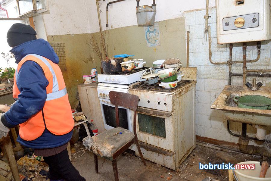Мусор из квартиры в центре Бобруйска вывозили на тракторе