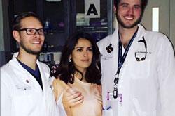 Салма Хайек приехала в больницу топлесс