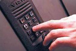 «Коммерческий» на связи: Кто должен открывать домофон?