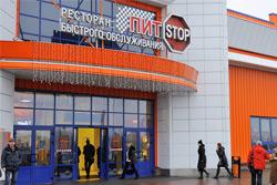 «Коммерческий» на связи: На фоне гипермаркета — убогость остановки