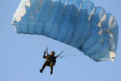 Военные парашютисты Беларуси и России соревнуются в Бобруйске