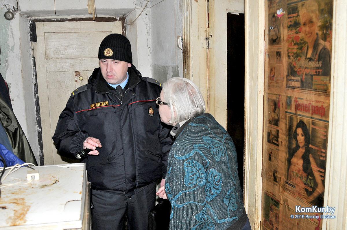 Участковый Р. Дудко  и хозяйка квартиры