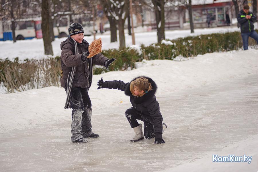 В Бобруйске заливают катки и хоккейные коробки!