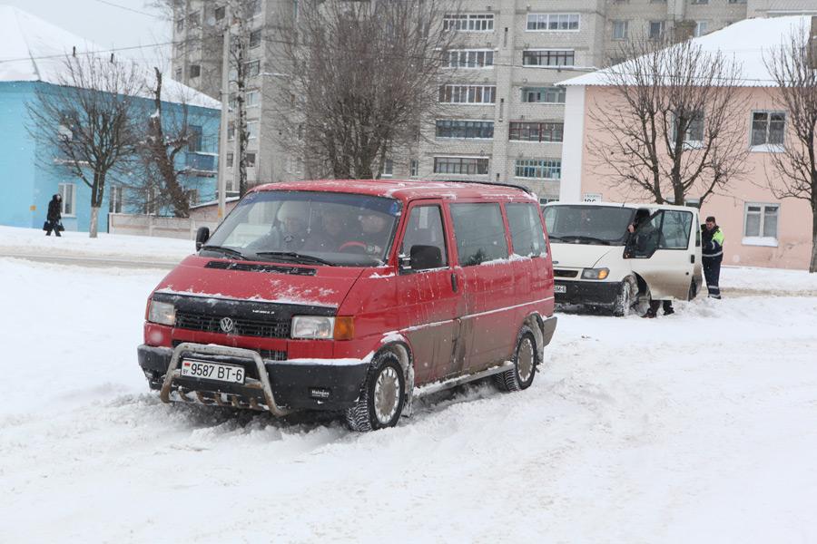 Госавтоинспекция Бобруйска призывает водителей к соблюдению повышенных мер безопасности в сложных погодных условиях!