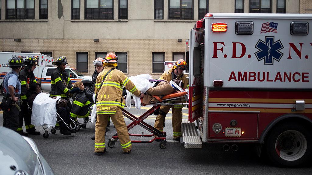 Более 100 человек пострадали при аварии поезда в Бруклине