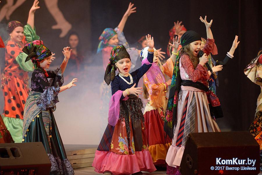 Киношоу «Любовь и Росы» на бобруйской сцене