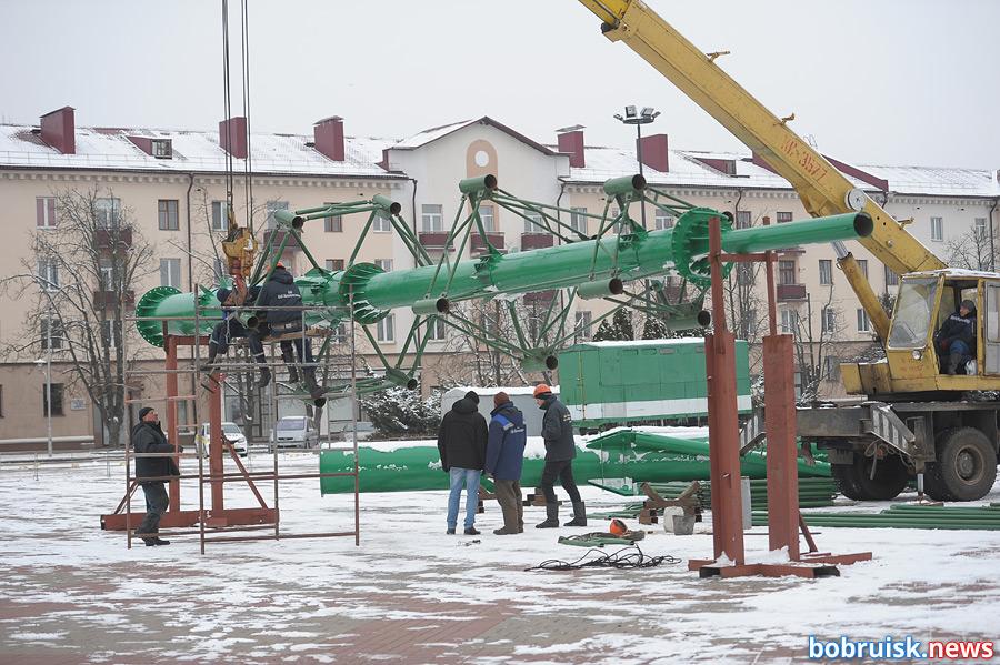 В Бобруйске началась установка главной елки