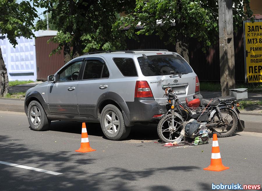 В Бобруйске скутерист въехал в припаркованный автомобиль