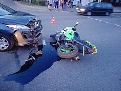 Мотоцикл и легковушка столкнулись на перекрестке в Бобруйске