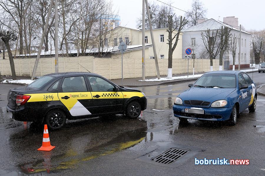 В Бобруйске столкнулись два автомобиля такси