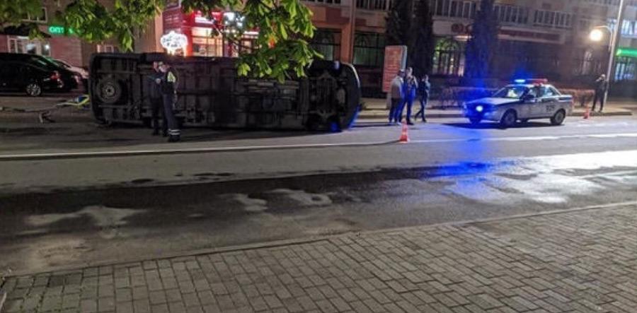 Две машины разгромили перекресток в центре Бобруйска, одна из них опрокинулась. Подробности.