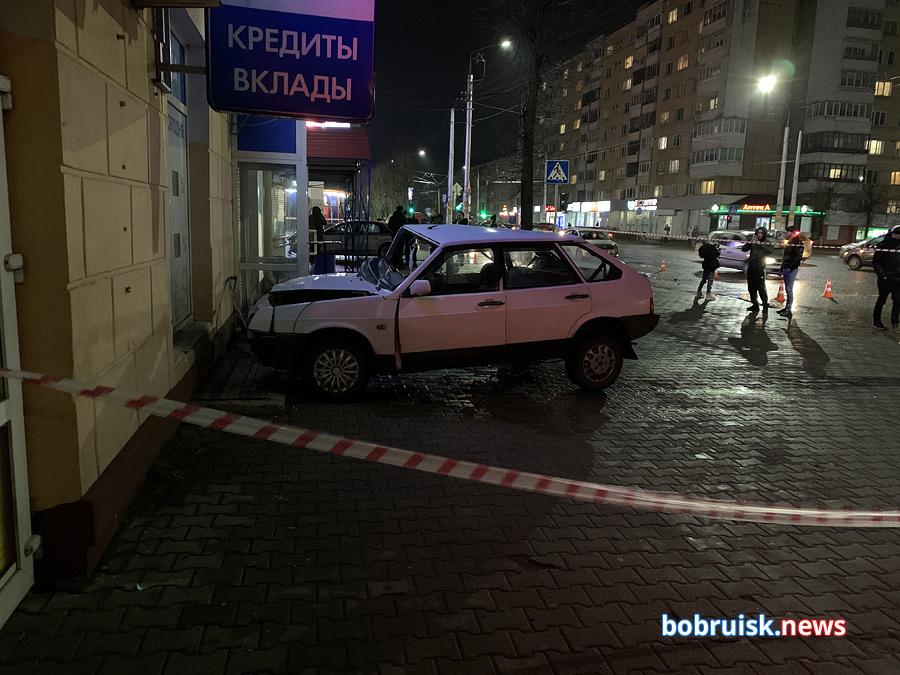 В Бобруйске LADA-«девятка» протаранила банк