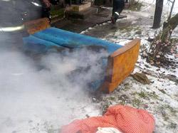 В четверг, 17 декабря, в 14.30 спасателям поступило сообщение о пожаре. Позвонили взволнованные жильцы одноэтажного деревянного 7-квартирного жилого дома на улице Ленина: люди почувствовали запах дыма из соседней квартиры.