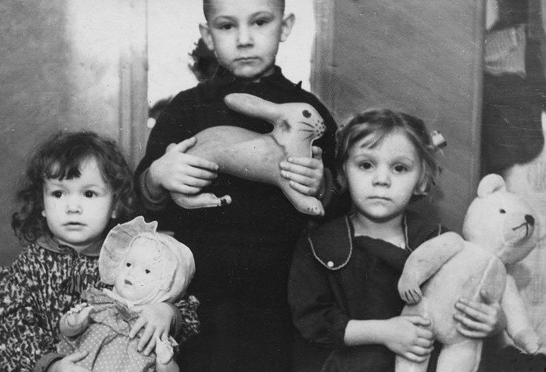 Игрушки в СССР часто делали с прицелом на будущую профессию ребенка. Они должны были воспитать любовь к труду и умение работать руками. Но зачастую пластмассовые неваляшки и пупсы становились не просто педагогическим материалом, а настоящими членами семьи. Рассказываем интересные факты о советских игрушках.