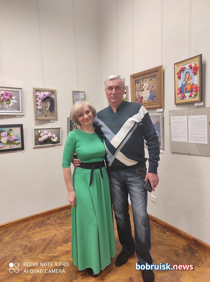 Иголкой и лентами работает художник в Бобруйске