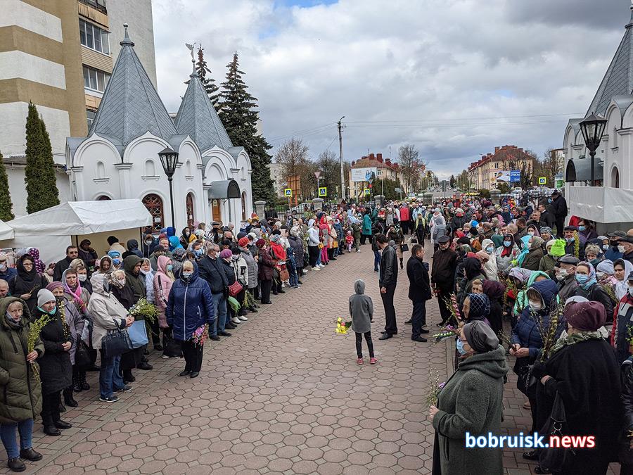 Вербное воскресенье, открывающее предпасхальную Страстную неделю, – один из важнейших христианских праздников. И, несмотря на холодную погоду, православные верующие массово направились к бобруйским храмам.
