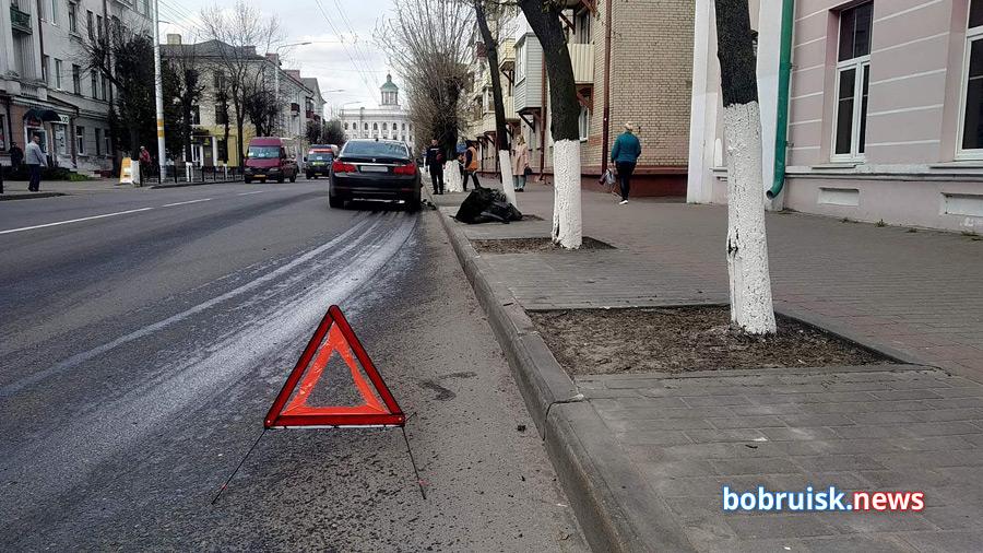Сильная авария в центре Бобруйска: BMW снесла светофор и смяла малолитражку