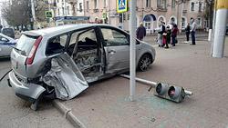 Разбросанная на асфальте пластмасса, бывшая когда-то деталями люксового седана, поваленный светофор и разбитая малолитражка Ford – таковы последствия дорожно-транспортного происшествия, случившегося в четверг, 29 апреля, на пересечении Интернациональной и Советской.