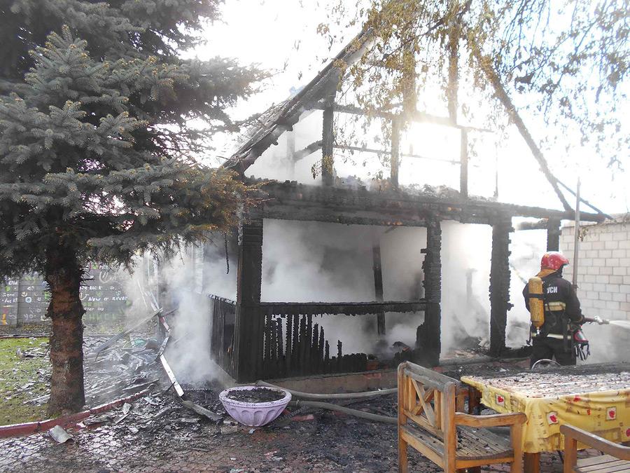 Непотушенные угли из печи, по предварительным данным, стали причиной пожара бани на улице Мопра в Бобруйске.