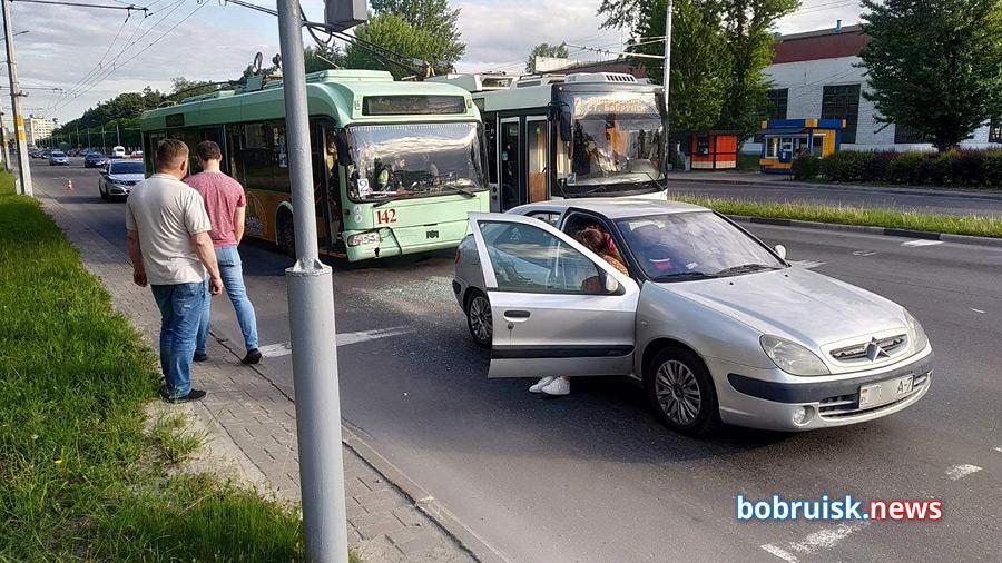 Задержаться в Бобруйске на неопределенное время пришлось семье из Минска. В пятницу, в шестом часу вечера их «Ситроен» попал в ДТП.