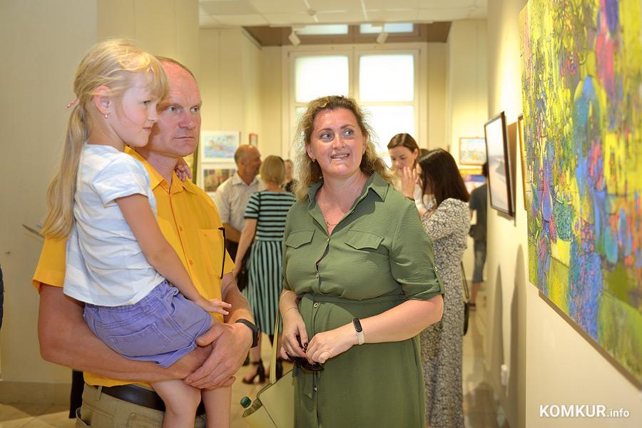 В рамках фестиваля «Вытокі. Крок да Алiмпу» в четверг, 15 июля, галерея «АртХаос» представила творчество современных белорусских художников на выставке «Колесо времени».