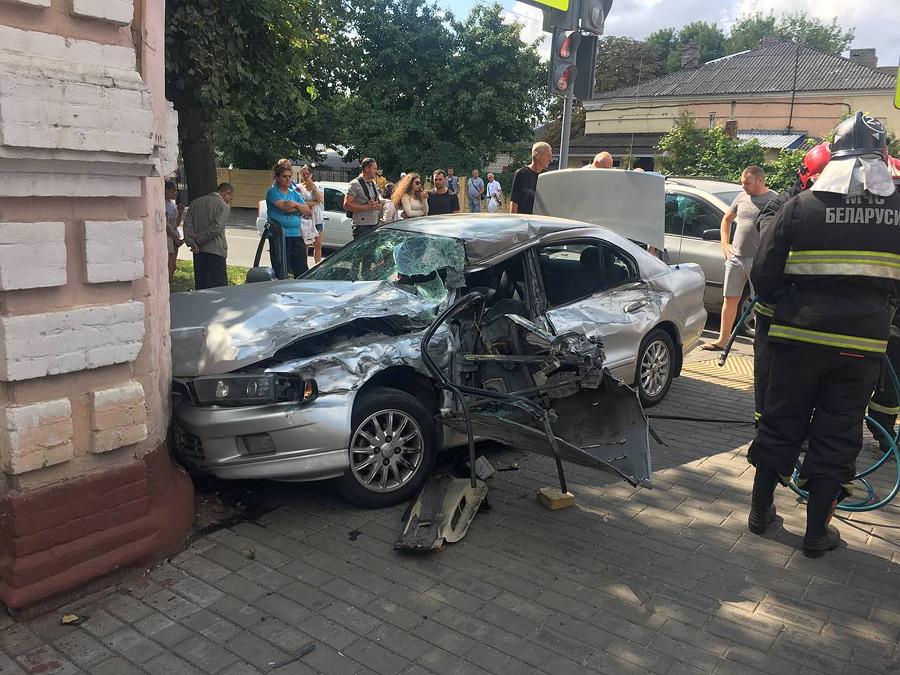 В воскресенье, 22 августа, в начале второго дня по соцсетям стали распространяться фотографии аварии, случившейся на перекрестке улиц Бахарова и Чонгарской.