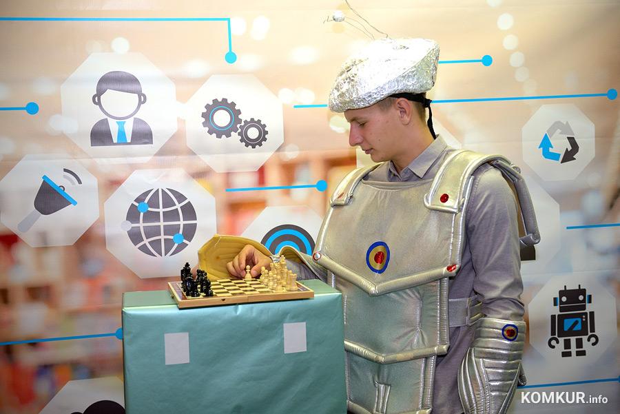 Робот-шахматист, зарядка от солнца и капсула для отдыха. На главном педсовете Бобруйска показали школу будущего
